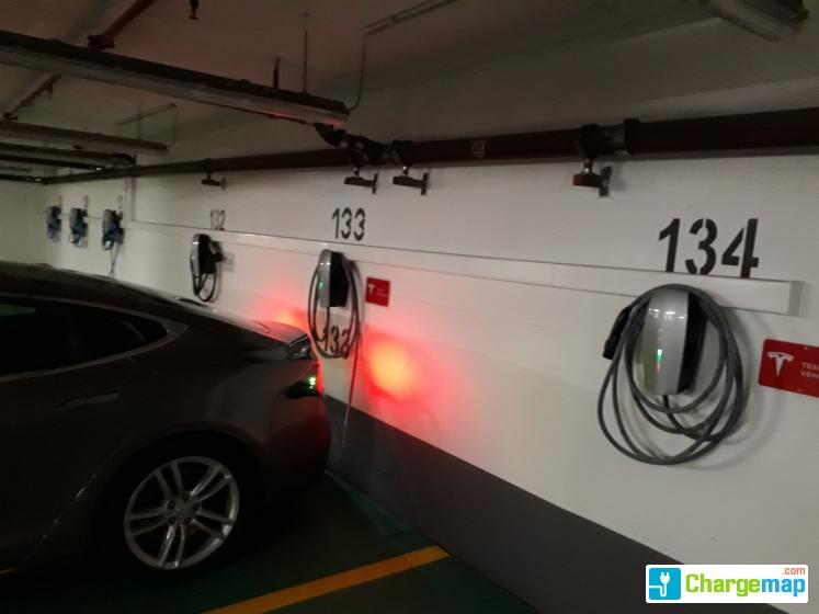 Hotel kempinski corvinus tesla and others borne de for Assurance voiture garage parking