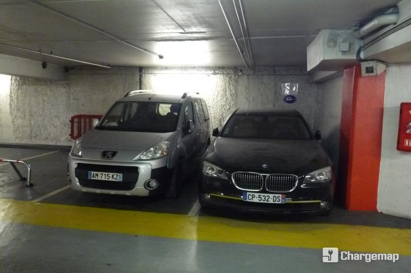 parking pey berland charging station in bordeaux. Black Bedroom Furniture Sets. Home Design Ideas