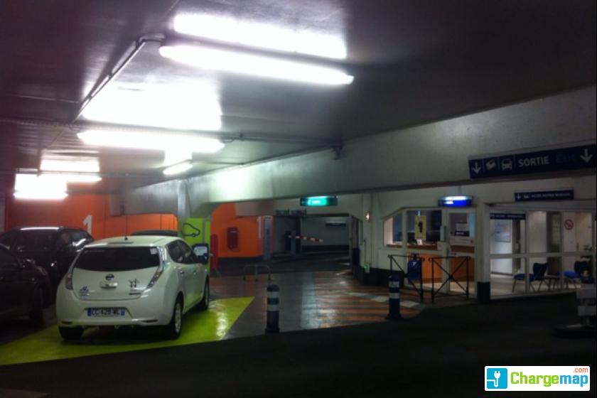 parking indigo maison carr e borne de charge n mes